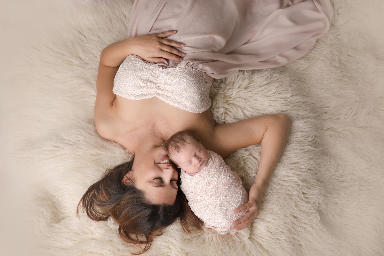 photographe maman et bébé nouveau-né studio Liège